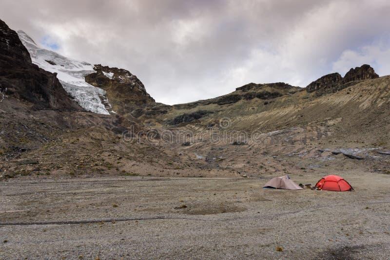 Duas barracas em um acampamento base remoto e selvagem nos Andes fotografia de stock