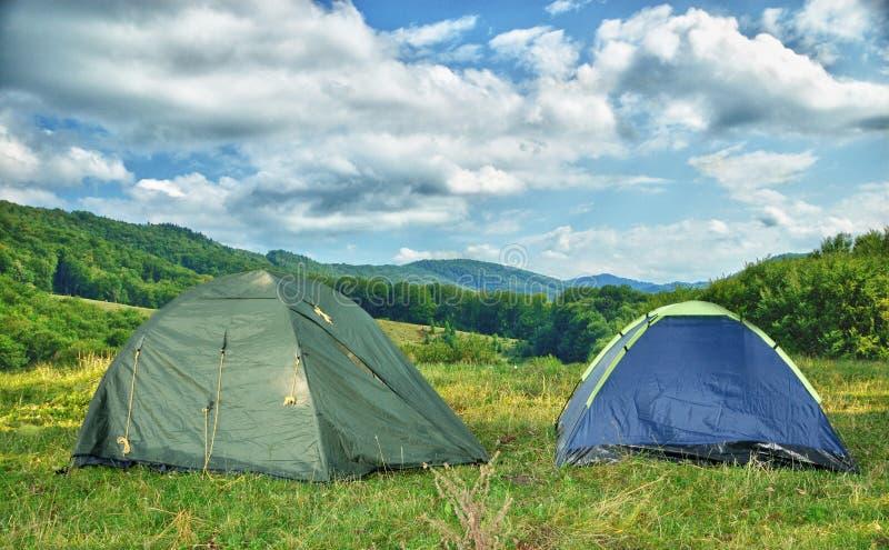 Duas barracas nas madeiras na manhã foto de stock royalty free