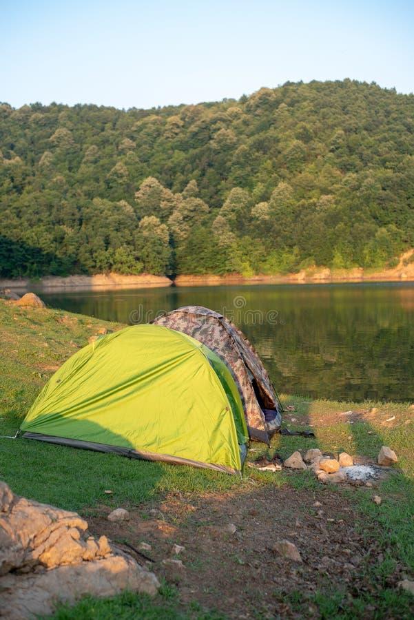 Duas barracas para acampar pelo lago imagens de stock royalty free