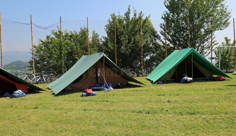 Duas barracas verdes montaram por escuteiros em um prado fotografia de stock royalty free
