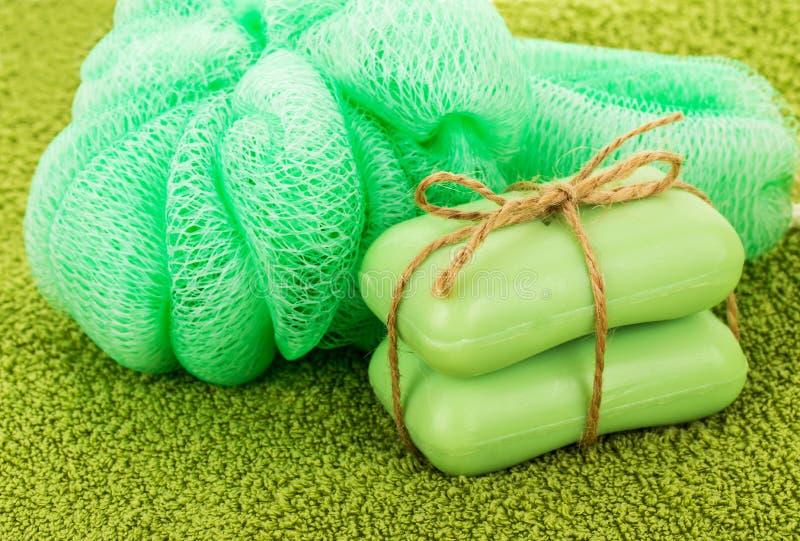Duas barras de sabão, fibra, toalha fotografia de stock