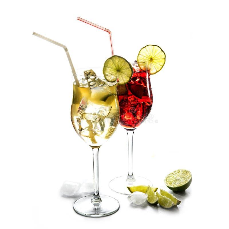 Duas bebidas misturadas de vidros de cocktail, amarelas e vermelhas do suco, li fotos de stock