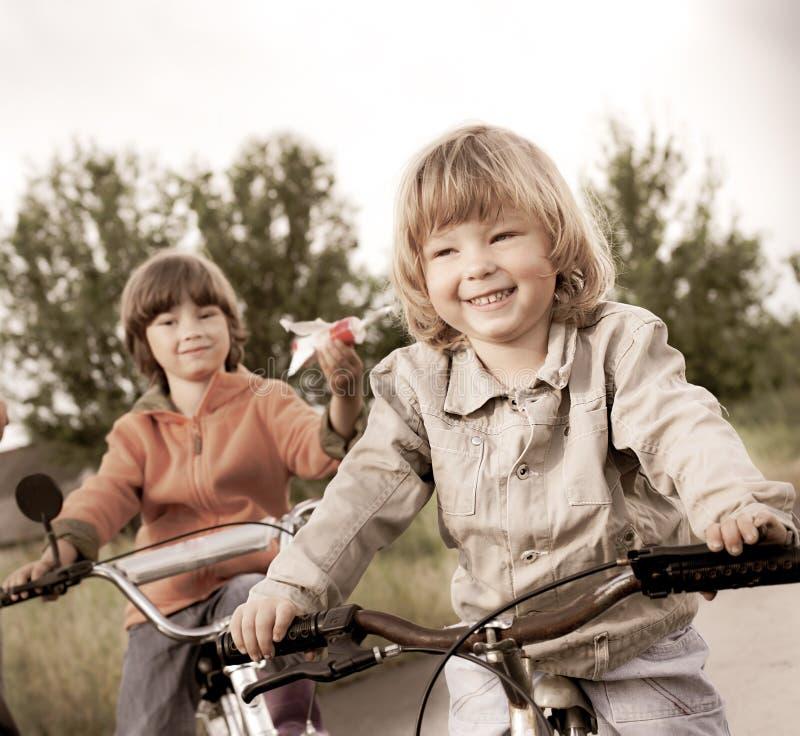 Duas bicicletas do passeio dos irm?os foto de stock