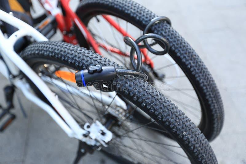 Duas bicicletas fechados junto fotos de stock