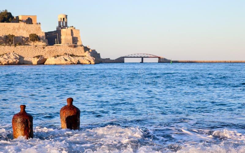 Duas boias sós no forte grande da baía do porto no fundo imagens de stock royalty free