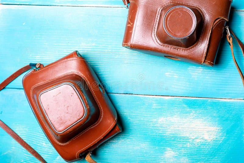 Duas câmeras velhas nas tampas marrons de couro fotografia de stock