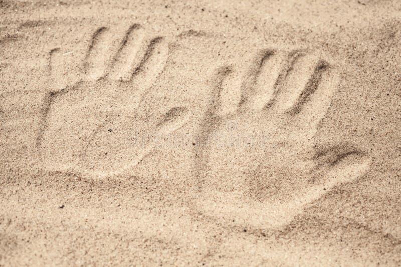 Duas cópias da mão na areia imagem de stock royalty free