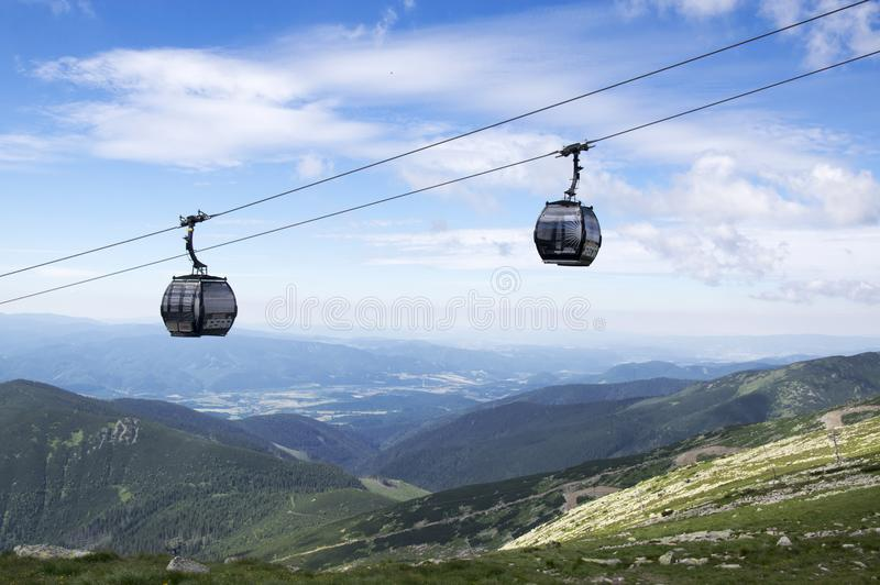 Duas cabines do elevador, cabo aéreo à montagem de Chopok, Nizke Tatry, baixo Tatras, baixas montanhas de Tatra, Eslováquia fotografia de stock