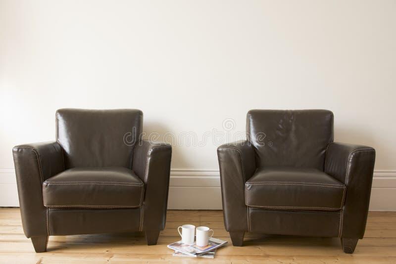 Duas cadeiras com caneca e compartimentos de café fotos de stock