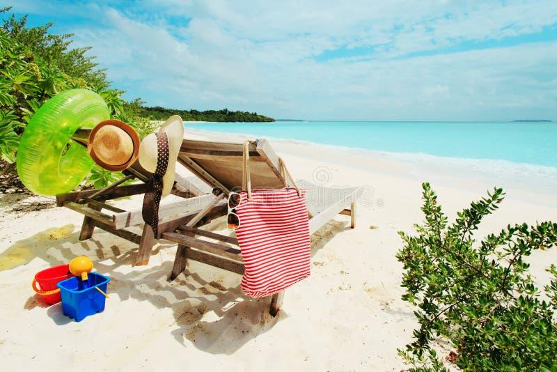 Duas cadeiras de praia em férias tropicais fotografia de stock
