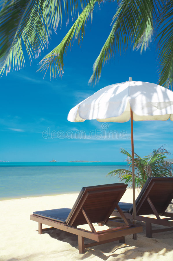Duas cadeiras e guarda-chuva branco foto de stock royalty free