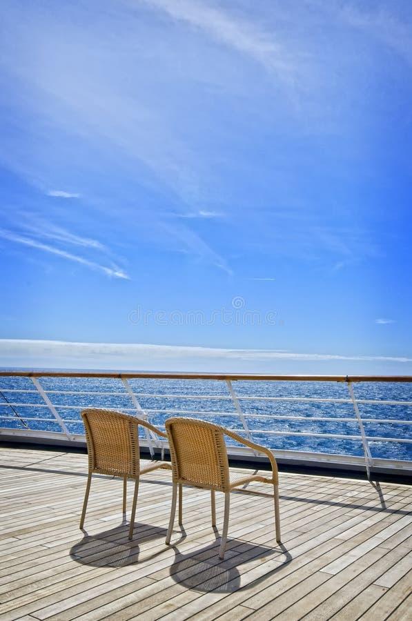 Duas cadeiras em uma plataforma do navio de cruzeiros imagem de stock