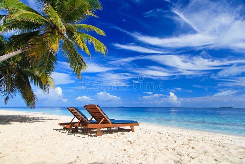 Duas cadeiras na praia tropical fotos de stock royalty free