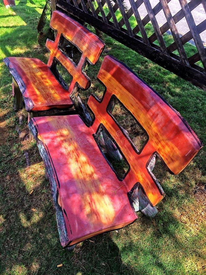 Duas cadeiras no jardim foto de stock royalty free