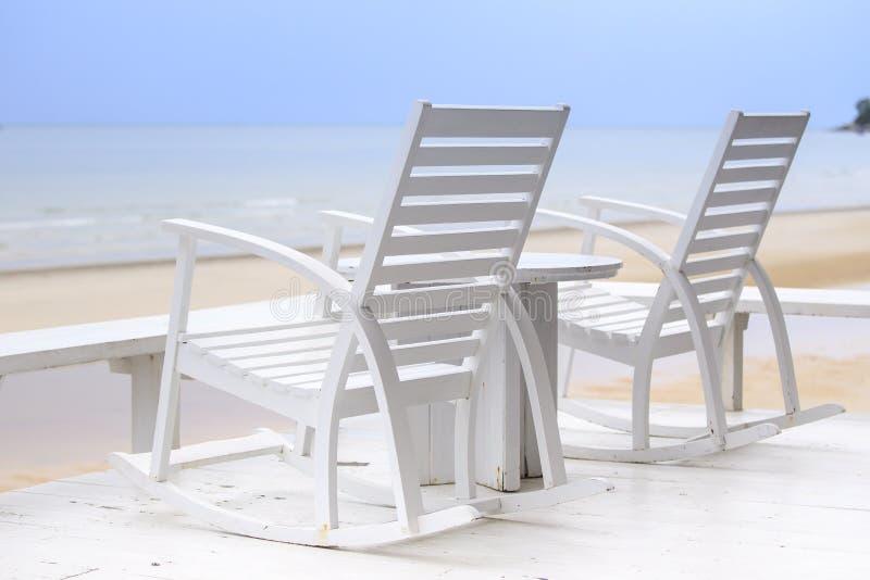 Duas cadeiras que esperam para ser ocupado de você nas suas próximas férias fotos de stock royalty free