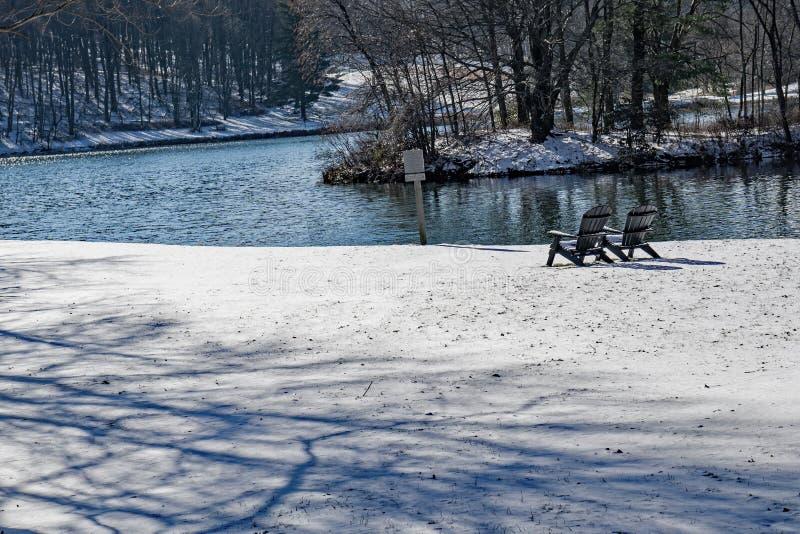 Duas cadeiras sós na neve imagens de stock