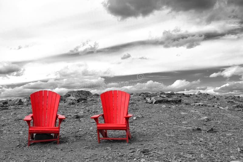 Duas cadeiras vermelhas vazias foto de stock royalty free