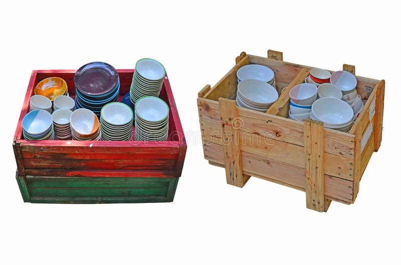 Duas caixas da placa de madeira de copos cerâmicos novos fotografia de stock
