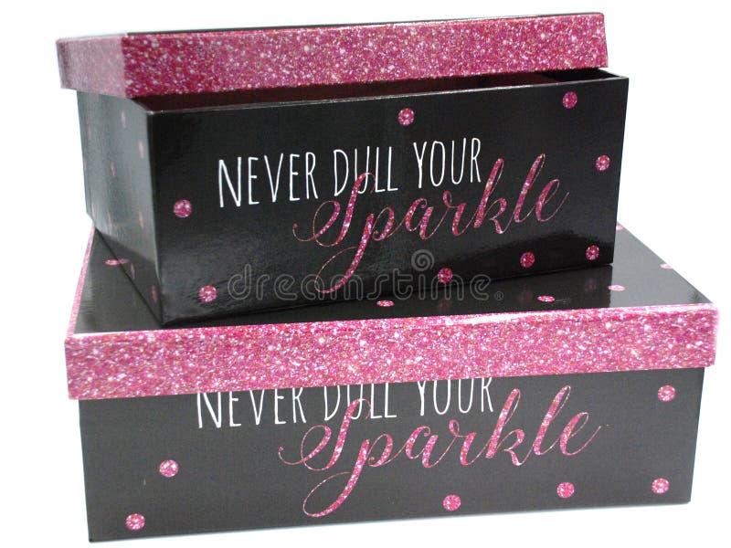 Duas caixas de presente com a cópia preta e cor-de-rosa do brilho foto de stock