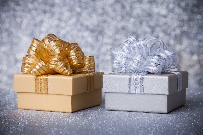 Duas caixas de presente do tom com a fita de prata do ouro imagem de stock