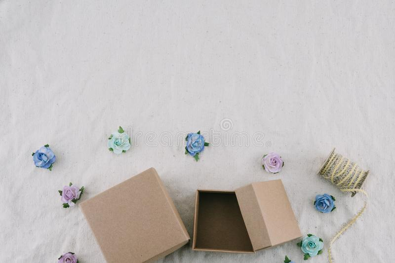 Duas caixas de presente e cordas marrons decoram com as flores de papel do tom azul foto de stock