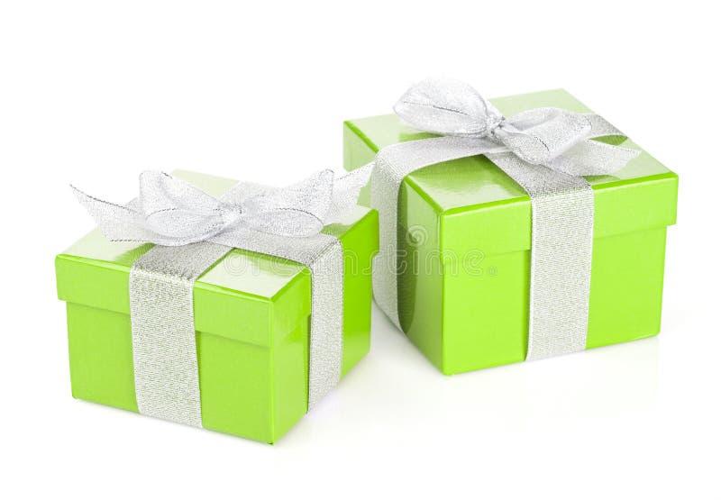 Duas caixas de presente verdes com fita e curva de prata fotos de stock royalty free