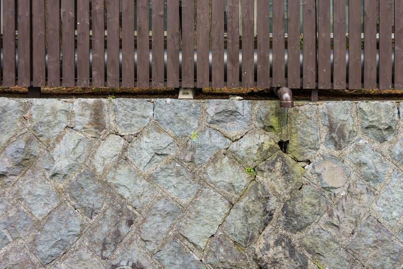 Duas camadas de cerca com tubulação de dreno imagens de stock