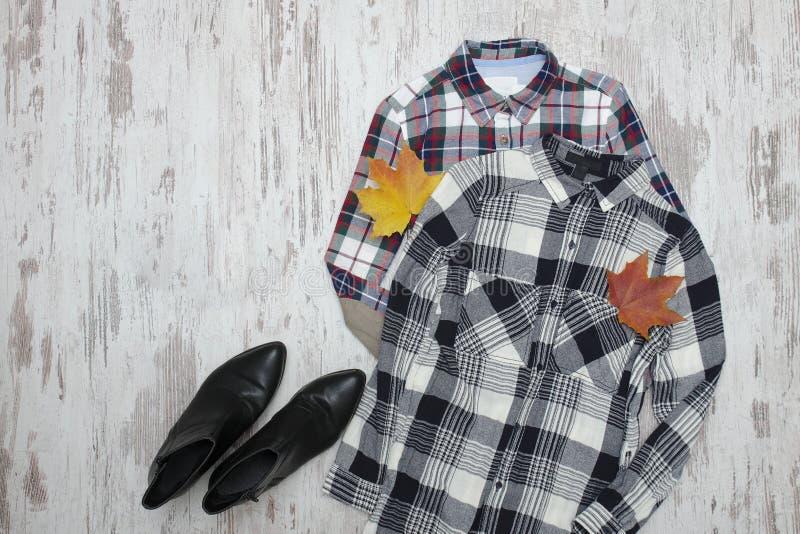 Duas camisas e folhas de bordo quadriculado conceito elegante imagens de stock