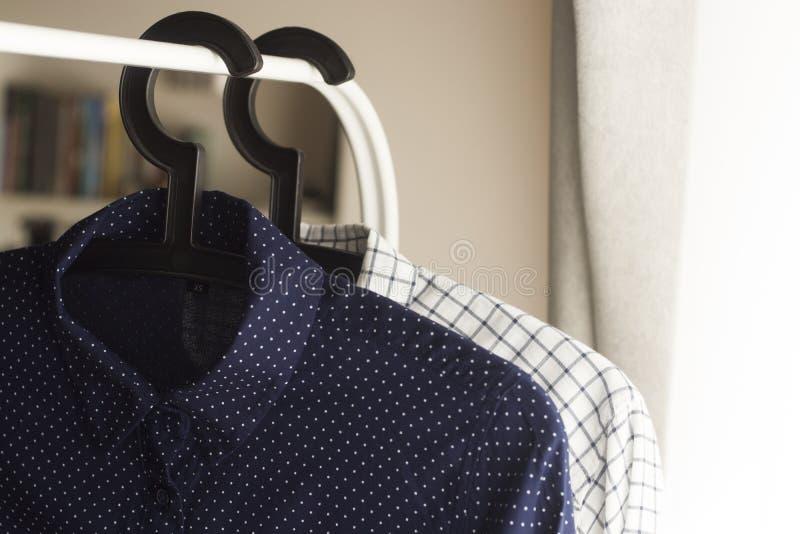 Duas camisas em ganchos foto de stock royalty free