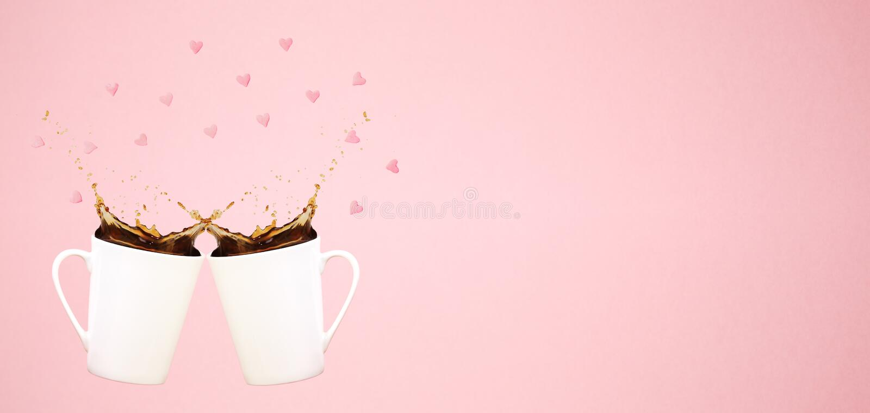 Duas canecas de café levitando com espirram e o confete do coração Conceito do café Tendência mínima da arte Fundo cor-de-rosa co imagem de stock royalty free