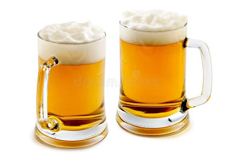 Duas canecas de cerveja ambarina deliciosa fotografia de stock