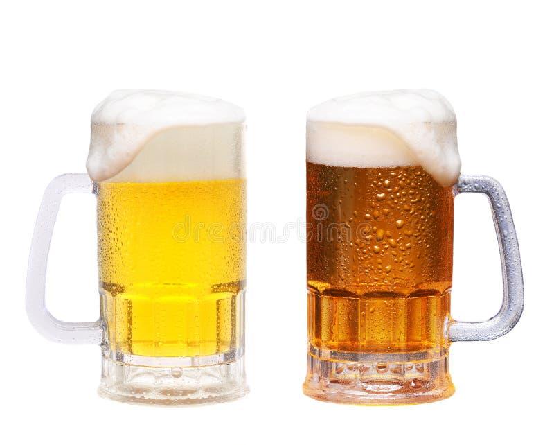 Duas canecas geladas de cerveja sobre fundo branco, Pale e Red Lager imagem de stock