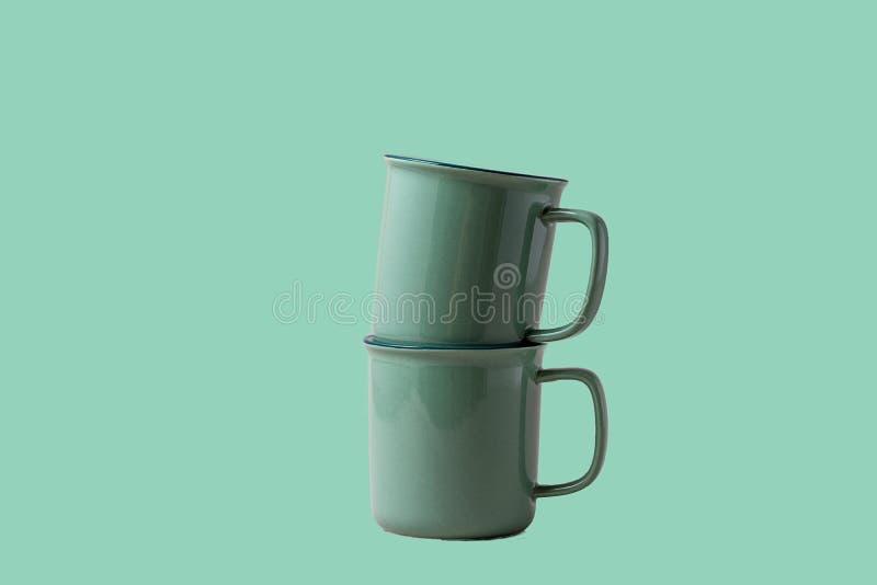 Duas canecas para café ou chá de tenda neo mint colorido, sobre o fundo neo mint fotos de stock