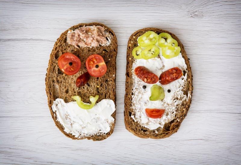 Duas caras engraçadas feitas do pão saboroso, alimento criativo cômico imagem de stock royalty free