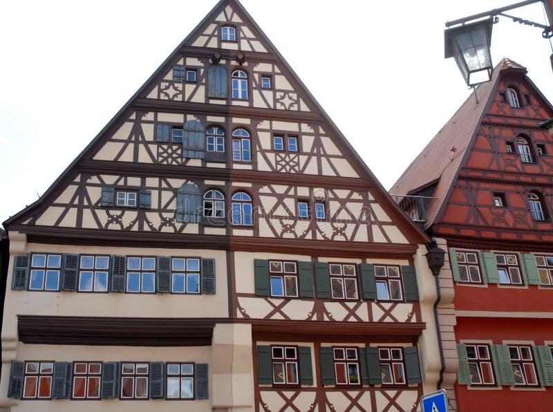 Duas casas com cores e lotes diferentes das janelas com algumas reflexões nas janelas na cidade de Dinkelbur em Alemanha imagem de stock royalty free