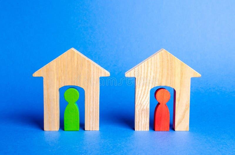 Duas casas de madeira com vizinhos para dentro Boa vizinhan?a, distrito conceito dos relacionamentos e da comunicação entre vizin imagens de stock