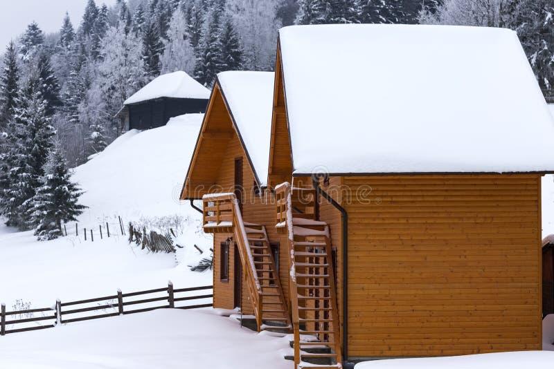 Duas casas pequenas do feriado na estação do inverno fotografia de stock royalty free