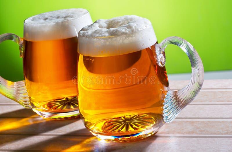 Duas cervejas na tabela fotos de stock