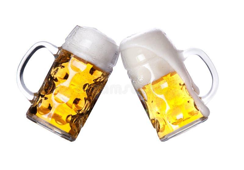 Duas cervejas que fazem um brinde fotografia de stock royalty free