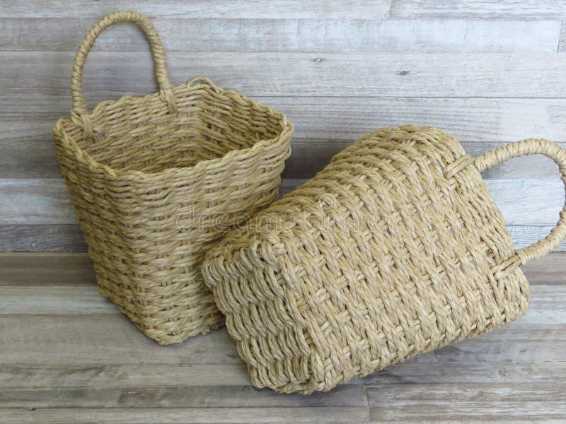 Duas cestas feitas da palha, rattan, bastão Bambu/Cane Basket tecidos feitos a mão bonitos foto de stock royalty free