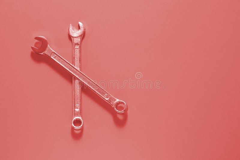 Duas chaves da chave inglesa no fundo coral de vida Chave de fenda Set Chaves inglesas da chave Fundo para seus texto e projeto fotos de stock royalty free