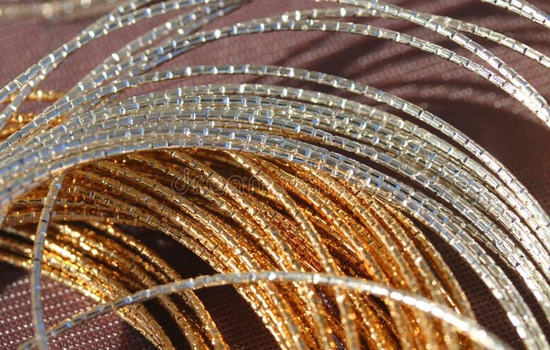 Duas colares da platina e do ouro para a venda pelo joalheiro imagem de stock