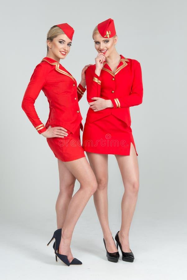 Duas comissárias de bordo felizes foto de stock royalty free