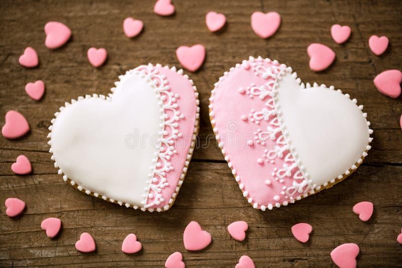 Duas cookies bonitas do coração imagens de stock royalty free