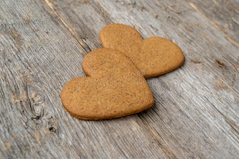 Duas cookies dadas forma coração do pão-de-espécie imagens de stock