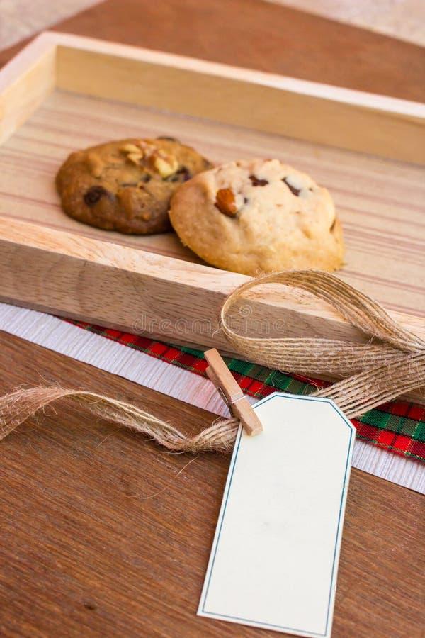 Duas cookies e etiquetas (copyspace) imagens de stock
