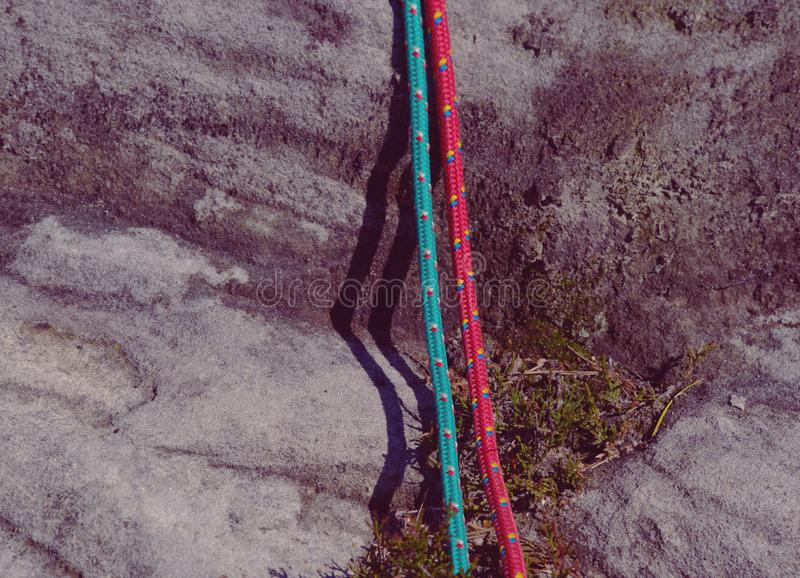 Duas cordas de nylon da escalada velha da forma Detalhe de estrutura na rocha imagens de stock royalty free