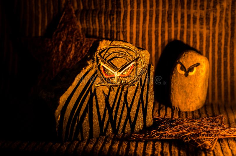 Duas corujas sculptured da pedra foto de stock royalty free