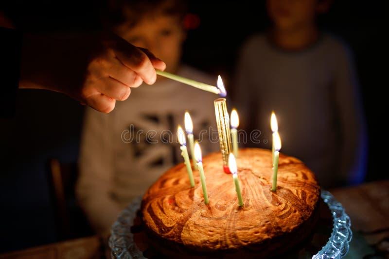 Duas crianças bonitas, meninos prées-escolar pequenos que comemoram o aniversário e que fundem velas imagem de stock