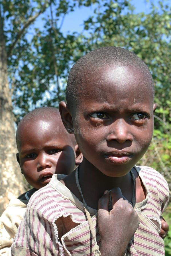 Duas crianças do maasai do tribo do africano negro, irmãos imagem de stock